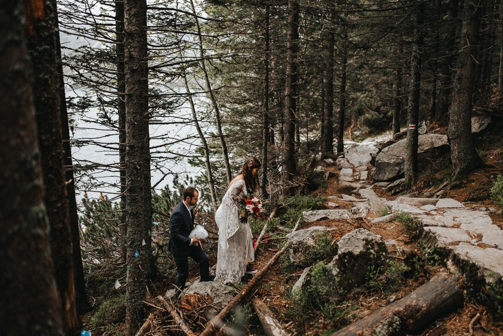 sesja_slubna_nad_morskim_okiem_w_lesie